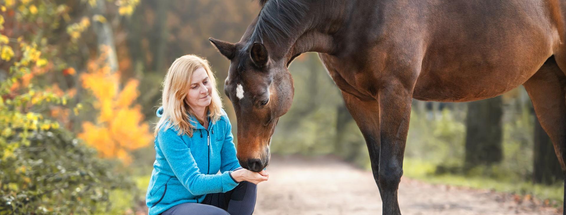 Mentaltraining für Reiter - Petra mit Pferd und Hund - sehr vertraut