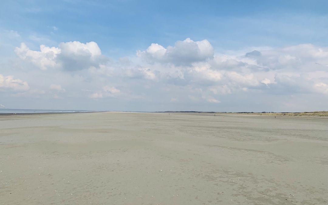 Leerer Sandstrand und Wolken am Horizont